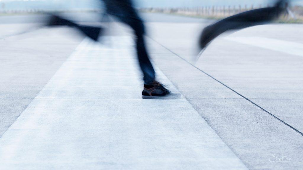 Rennen op de runway van het vliegveld
